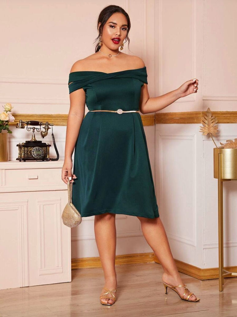 Sukienka Szmaragdowa Zieleń Odsłaniająca Dekolt Plus Size_02