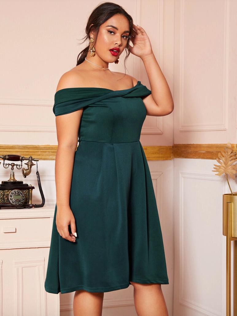 Sukienka Szmaragdowa Zieleń Odsłaniająca Dekolt Plus Size